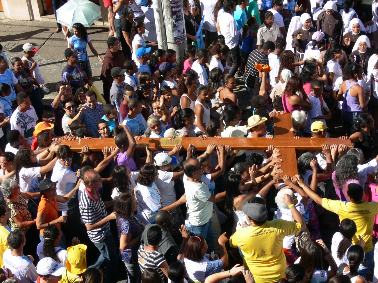 Salvador recebe Cruz dos Jovens e Ícone de Maria com oração e festa