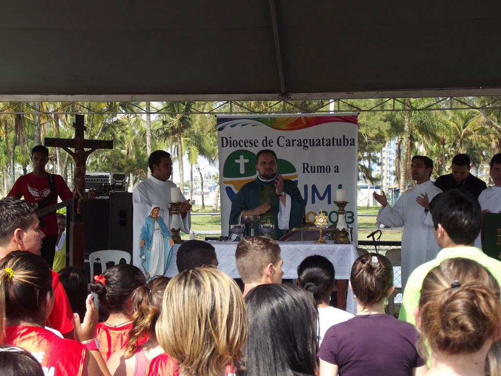 Juventude de Caraguatatuba vai à praia celebrar o DNJ