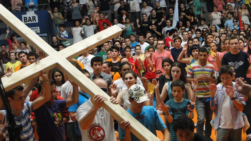 Multidão de jovens celebra o DNJ em Sombrio
