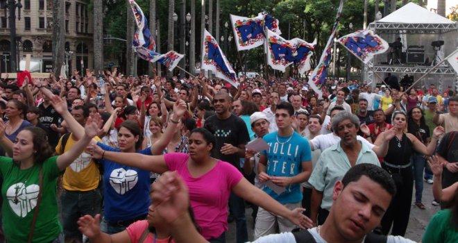 Jovens paulistanos celebram o Dia Nacional da Juventude pedindo paz
