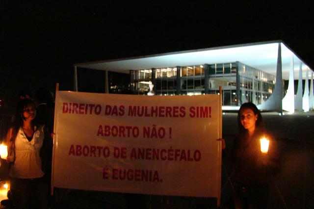 Brasileiros a favor da vida fazem vigília diante do STF