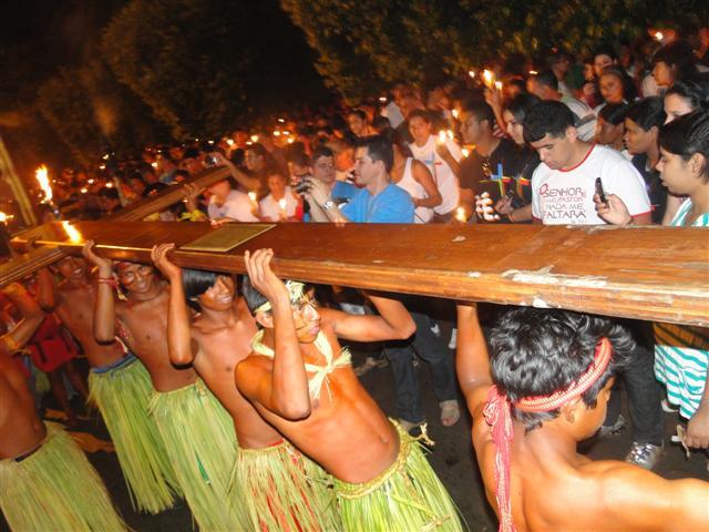 Índios Bororos carregam a Cruz e o Ícone em Rondonópolis