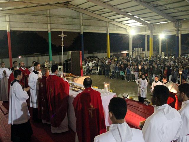 Oração, louvor e testemunho marcam primeiro dia de visita dos símbolos da JMJ em Cuiabá
