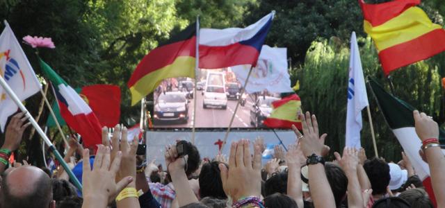Repleta de jovens: Praça de Cibeles recebe Bento XVI