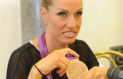 Atleta paraolímpica italiana está mais orgulhosa do seu terço que da medalha