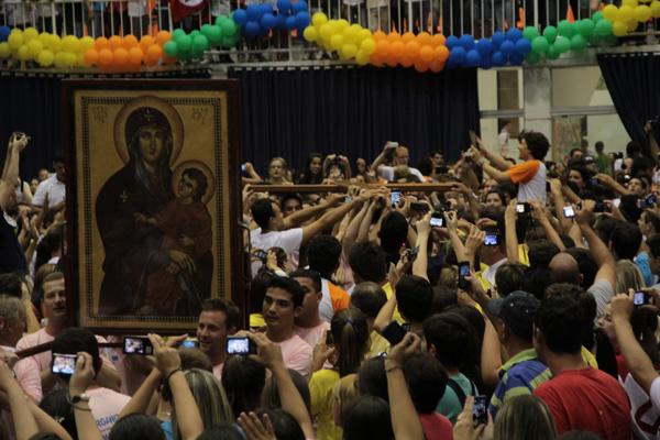 Jovens acolhem símbolos da JMJ em Florianópolis