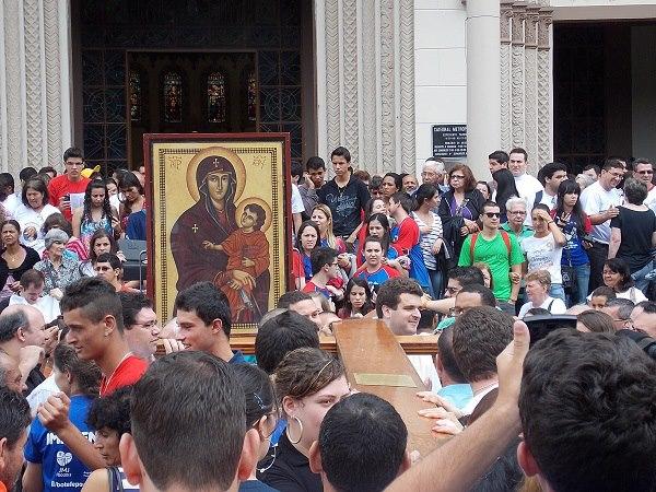 Peregrinação da Cruz e do Ícone anima juventude de Pouso Alegre (MG)
