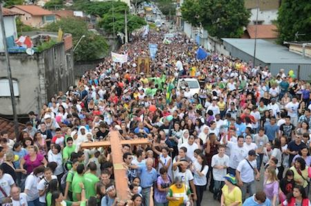 Peregrinação da Cruz e do Ícone reúne 18 mil em São José dos Campos (SP)