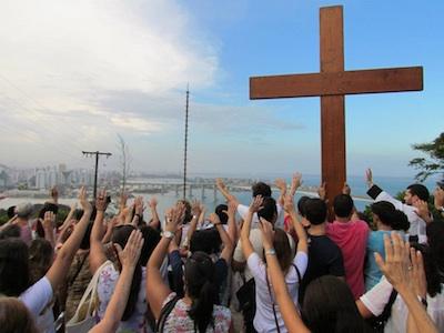 Símbolos da JMJ peregrinam pela capital do Espírito Santo