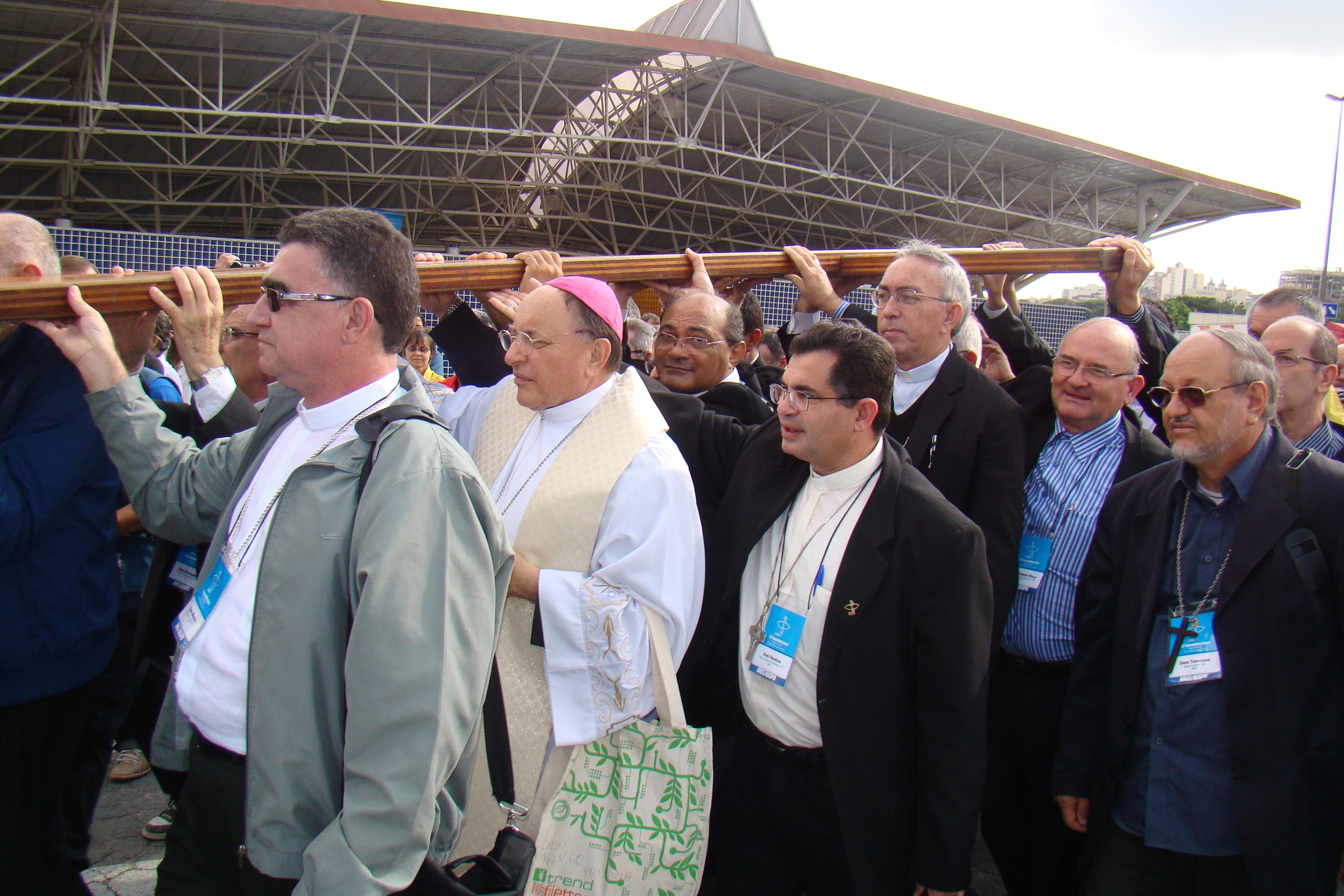 Bispos de todo Brasil conduzem símbolos da JMJ em Aparecida