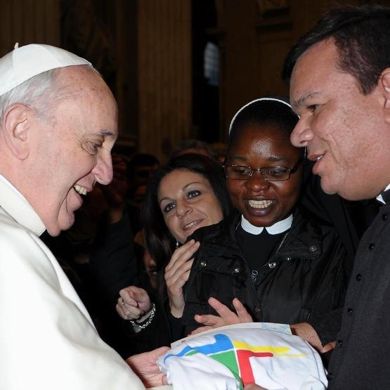 Assessor da Comissão para Juventude entrega presentes ao papa Francisco
