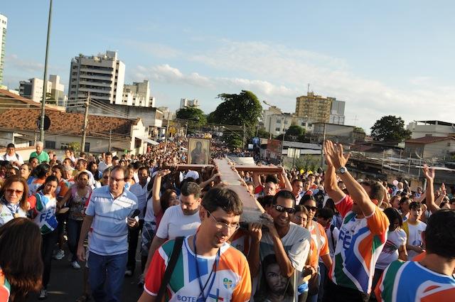 Volta Redonda recebe símbolos da JMJ com mais de 30 mil pessoas