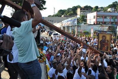 Jovens da Diocese de Petrópolis entregaram símbolos da JMJ à Diocese de Nova Iguaçu