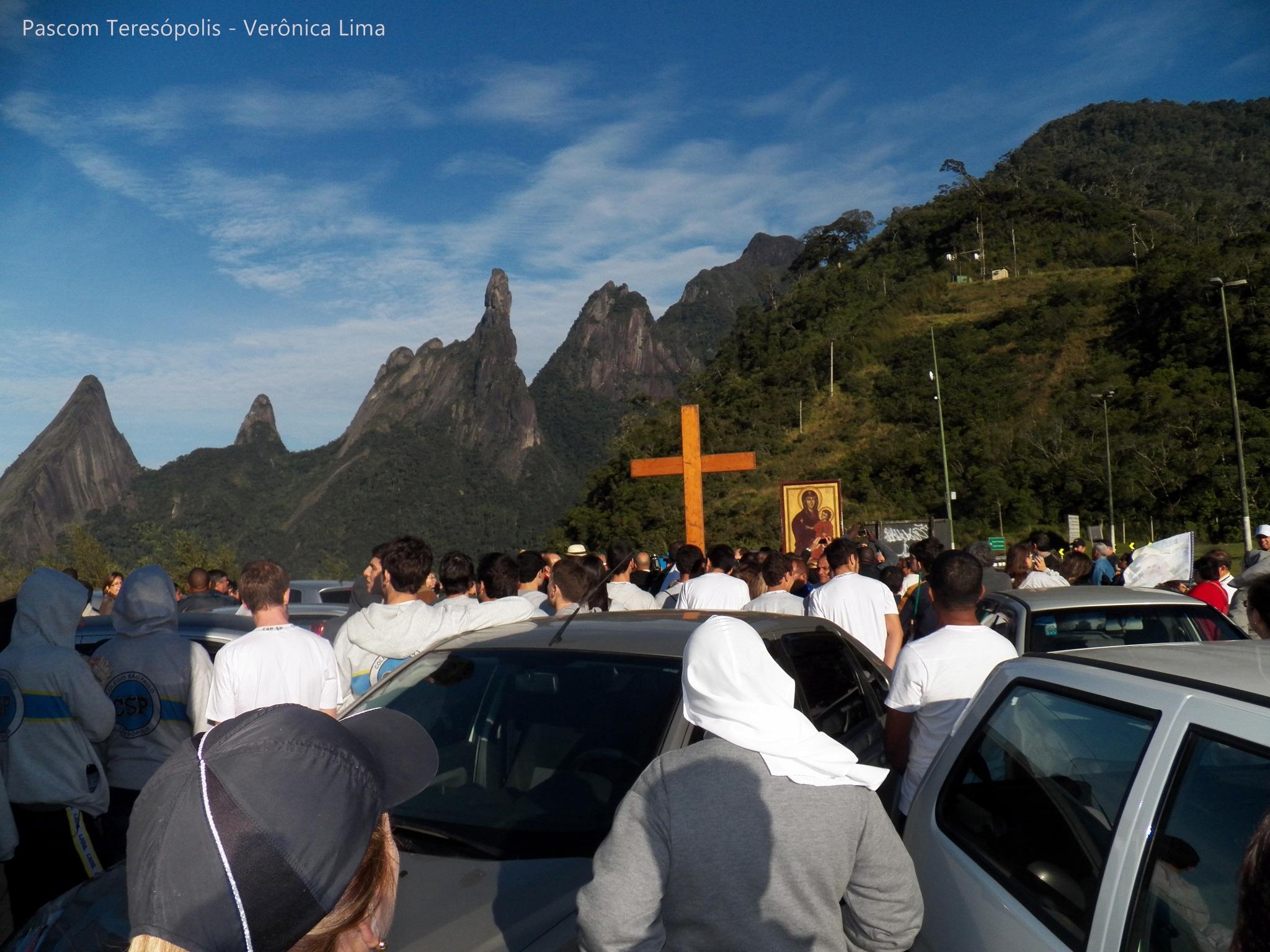 Fiéis se emocionam com símbolos da JMJ em Teresópolis