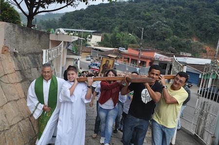 Símbolos da JMJ visitam locais atingidos pelas chuvas em Petrópolis (RJ)