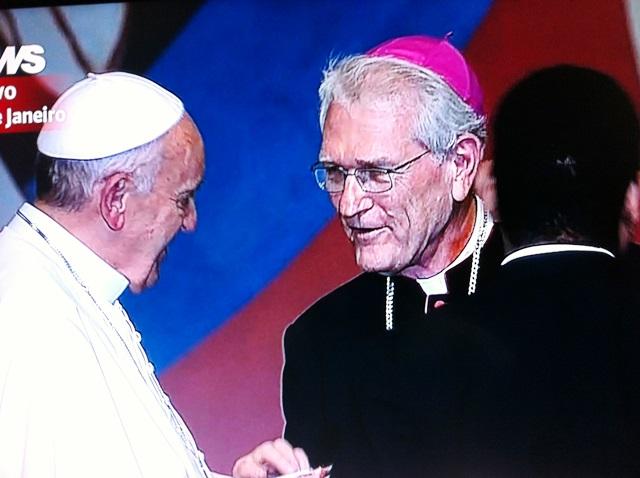 Durante encontro com os voluntários, Papa Francisco recebe presente da CNBB