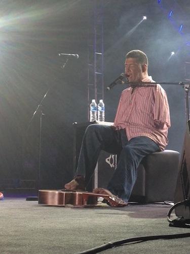 Tony Melendez emociona com sua música e exemplo na Cidade da Fé