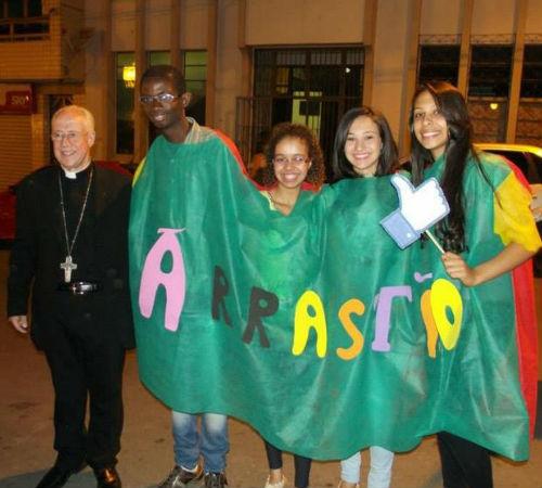 Bispo de Juiz de Fora entrega Livro de Bênçãos para jovens conduzirem momentos de oração
