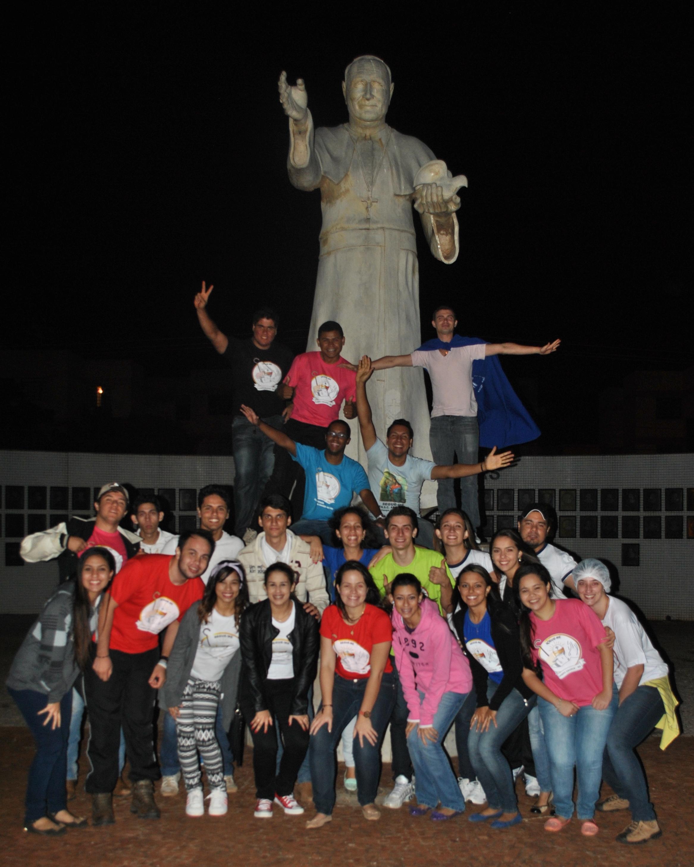 Jovens fazem vigília pela canonização de João Paulo II e João XXIII em Campo Grande