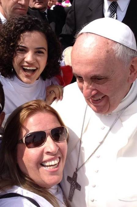 Papa Francisco faz selfie com jovens do Brasil