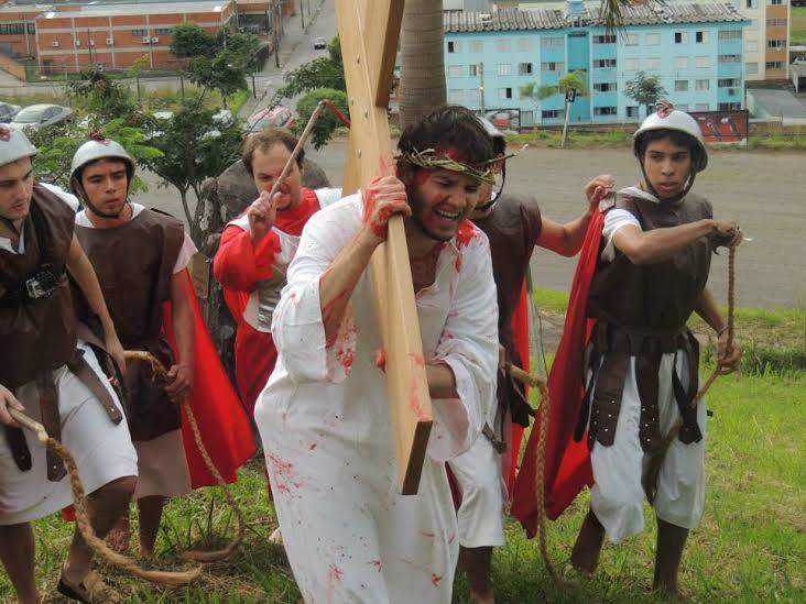 Jovens encenam Via-Sacra com réplica da Cruz peregrina da JMJ