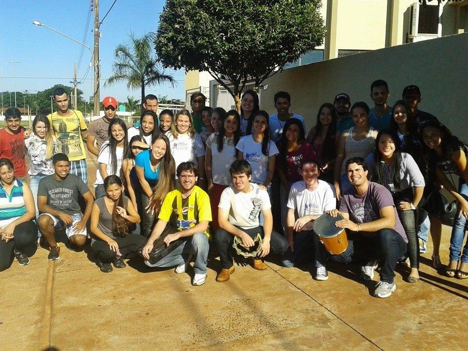 Jovens universitários de Dourados comemoram aniversário do grupo no clima da canonização dos papas