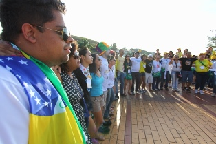 Jovens evangelizam durante jogos da Copa em BH