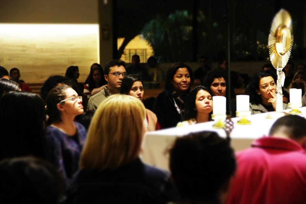 Mais de 400 jovens participam de vigília vocacional em Niterói