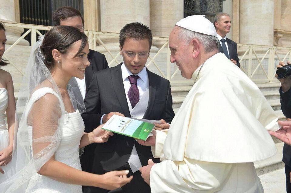 Papa recebe livro escrito por jovem brasileiro