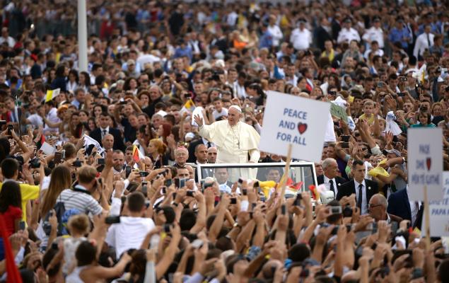 Em viagem à Albânia, papa fala aos jovens sobre o papel da esperança
