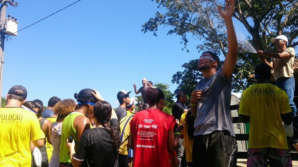 Jovens participam de esportes radicais e reflexões sobre afetividade
