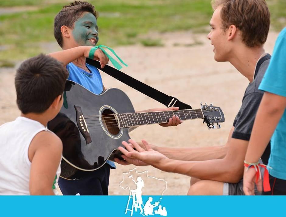 Jovens trocam férias por ação social