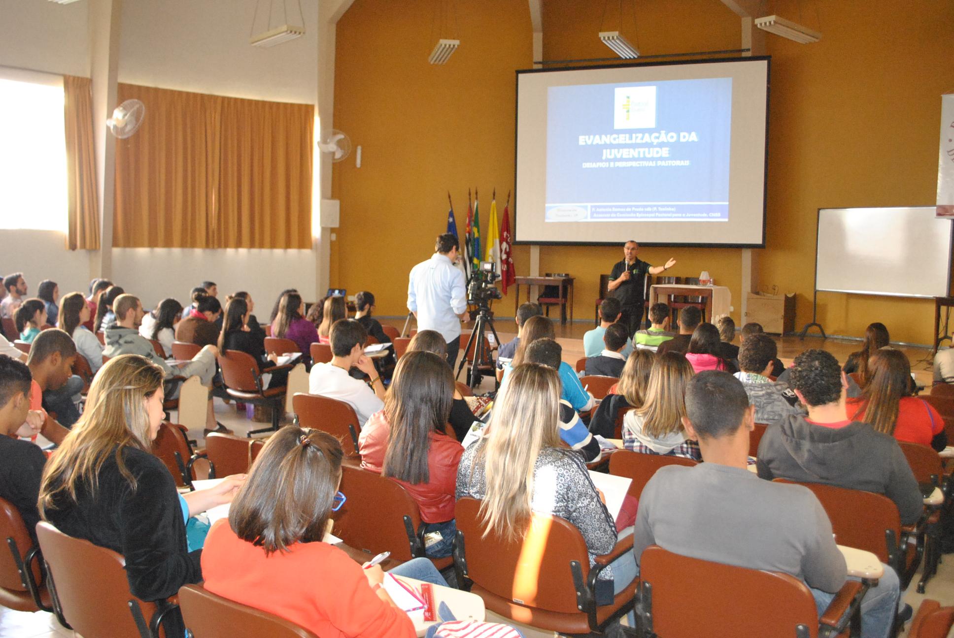 Jovens de Taubaté participam de formação com Padre Toninho