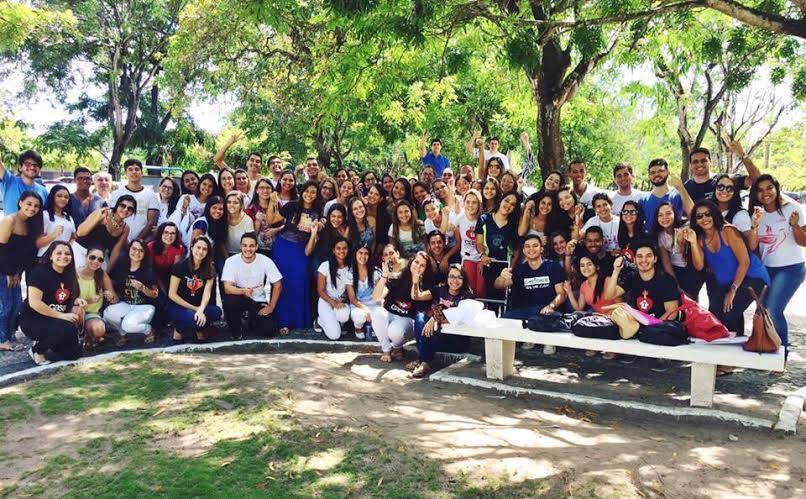 Jovens se reúnem para rezar o terço na universidade