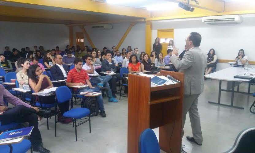 Fórum organizado por jovens debate direito e fraternidade