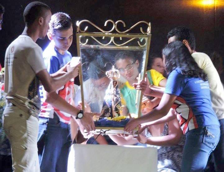 Jovens da diocese de Caxias do Maranhão recebem imagem peregrina de Nossa Senhora Aparecida