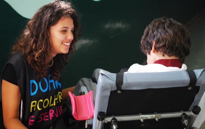 Pessoas com deficiências múltiplas recebem visita de universitários em Curitiba
