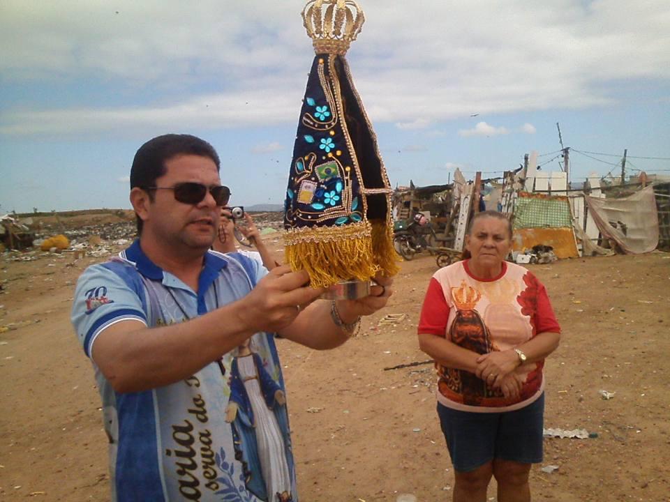 Imagem de Nossa Senhora Aparecida visita catadores do lixão de  Currais Novos (RN)