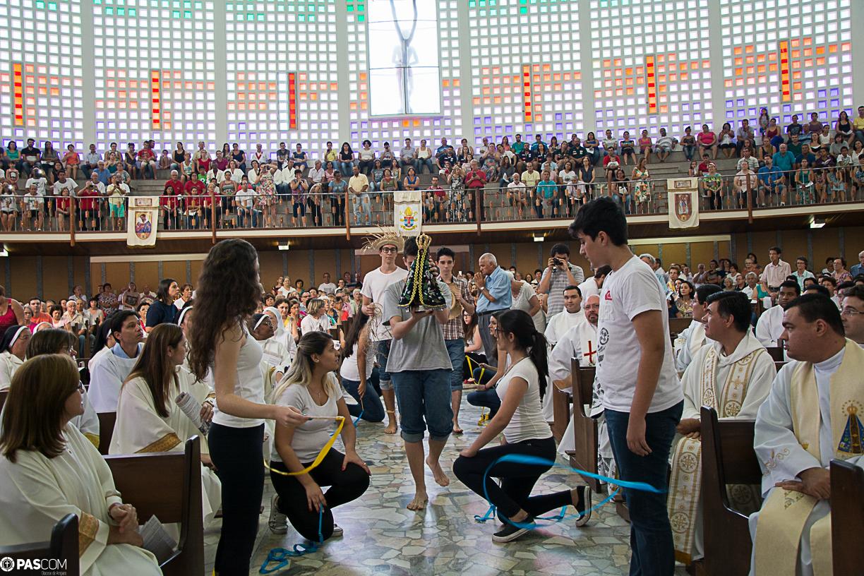 Jovens da Diocese de Amparo prestam homenagem a Nossa Senhora Aparecida