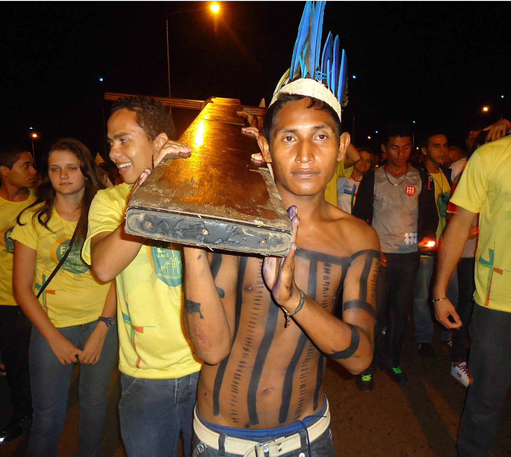 Com revezamento da tocha olímpica, jovens recordam peregrinação dos símbolos da JMJ