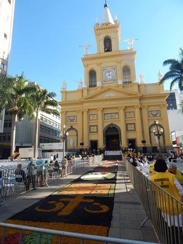 Jovens confeccionam tapete de Corpus Christi em Campinas
