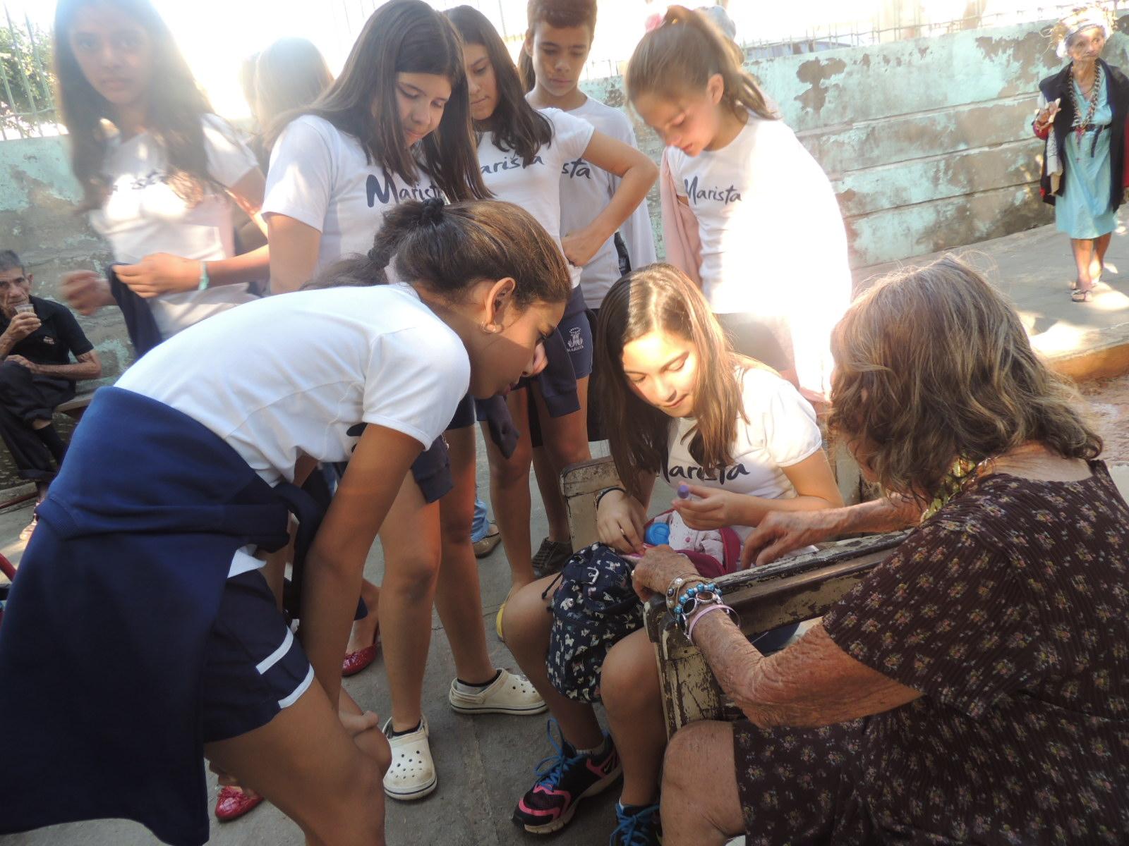 Alunos do Colégio Marista de Goiânia realizam trabalhos solidários em Asilo São Vicente de Paulo