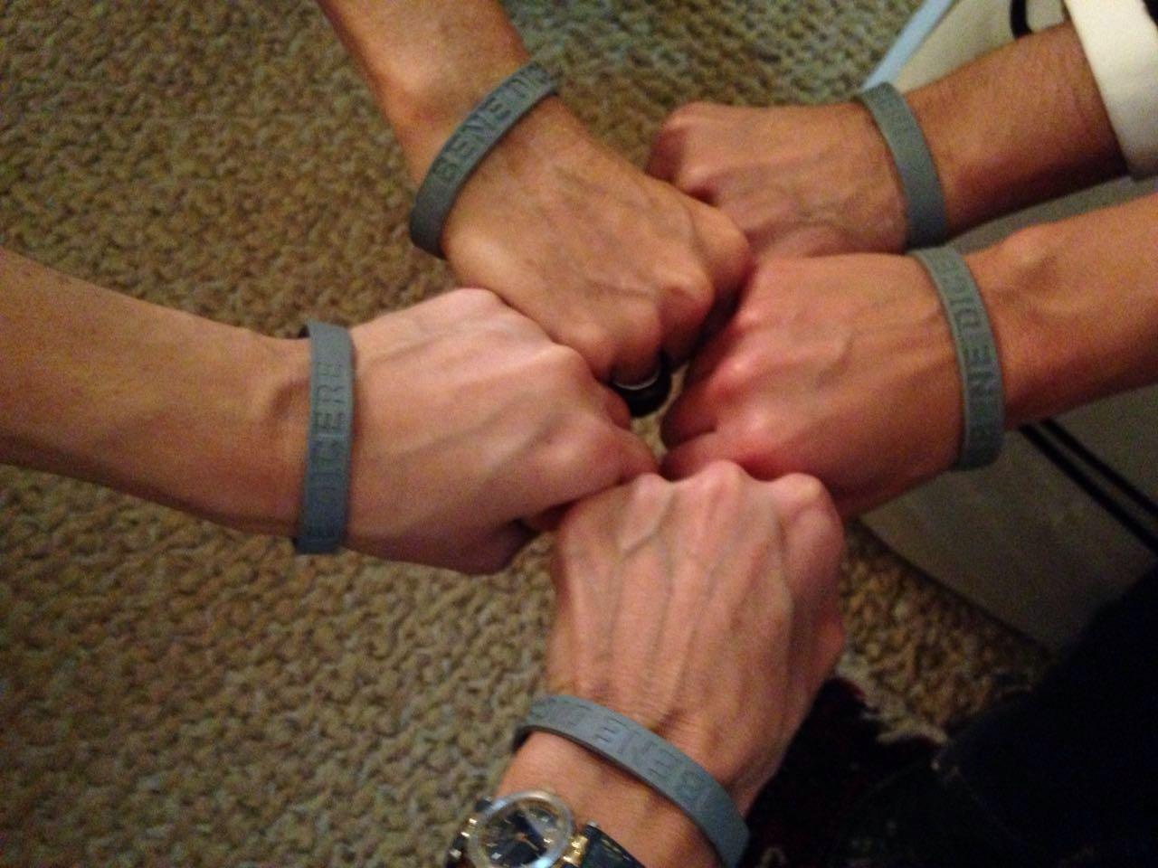 Membros do Movimento Regnum Christi criam pulseira da benedicência e presenteiam o Papa Francisco