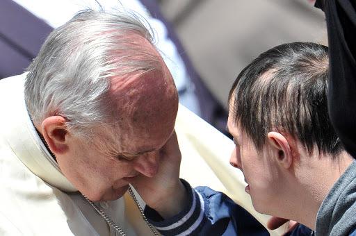 Jovens com síndrome de Down serão coroinhas do Papa neste domingo