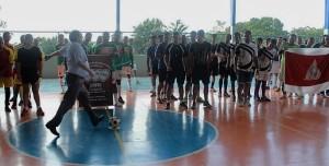 Dom José também arrisca o chute ao gol! Foto: Setor Juventude Arquidiocese de Montes Claros (MG).