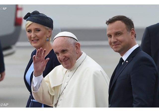 Papa Francisco desembarca na Polônia