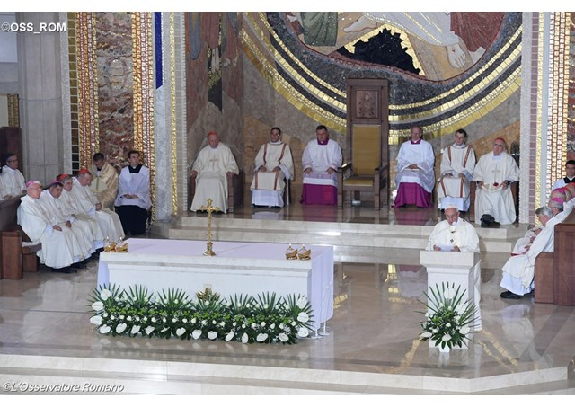 """""""Jesus entra em nós com a sua misericórdia"""", diz papa a religiosos"""