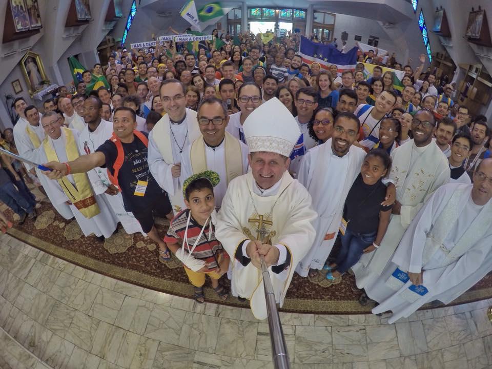 Dom Vilsom Basso, presidente da Comissão Episcopal Pastoral para a Juventude - CNBB, numa selfie com os jovens em uma das Catequeses da JMJ krakow2016