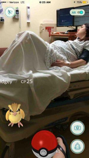 Nos EUA, usuário posta em rede social print da tela que mostra Pokémon perto da cama em que sua mulher se prepara para ter bebê.
