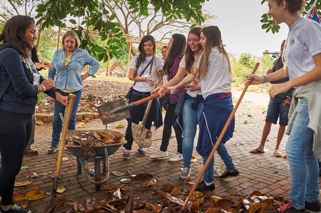 Jovens do SERMIG - Fraternidade da Esperança (Arsenal da Esperança)-, dentro do projeto Floresta que Cresce na revitalização e ativação de áreas verdes públicas degradadas no bairro da Mooca/SP.